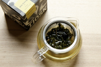 TIOSK oolong loose-leaf tea paired with simple, beautiful glass teapot